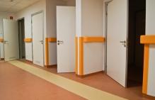 drzwi do sal chorych