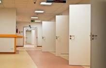 drzwi do gabinetów lekarskich
